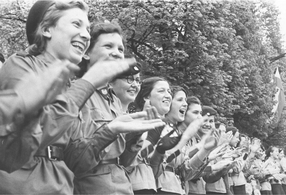 Oddziały żeńskiego szkolnego przysposobienia wojskowego przypatrują się defiladzie. Warszawa, 1939 r.