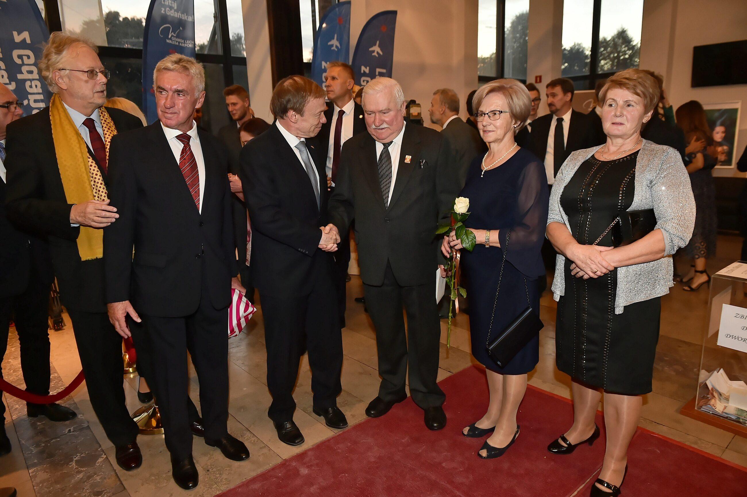 Lech Wałęsa (3P) z żoną Danutą (2P) i ambasador Niemiec w Polsce Rolf Nikel (4P)