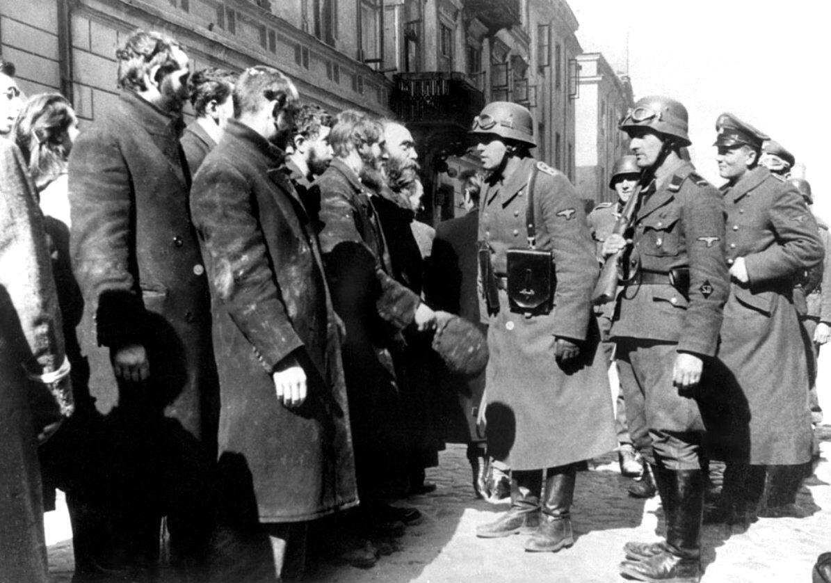 Niemcy przesłuchują rabinów po stłumieniu powstania w getcie warszawskim. Zdjęcie zrobione zostało tuż przed wysłaniem rabinów do obozu zagłady.