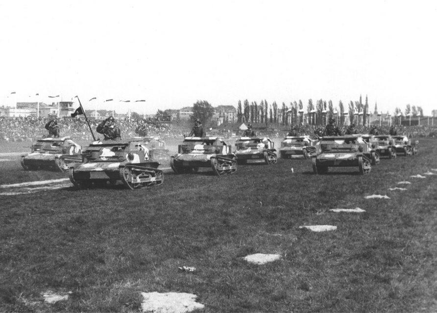 Tankietki TK-3 defilują na Polu Mokotowskim. Warszawa, 1936 r.